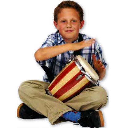 Junior dreng sidder i skrædderstilling og spiller på en lille conga tromme