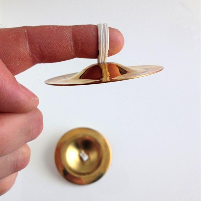Fingerbækken som fastgøres på en finger. Man spiller på den med fingerne eller trommestikker