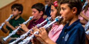 Børn giver koncert på deres Nuvo begynder blæseinstrumenter