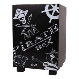 """Sort cajon tromme med hvid tekst """"pirate box"""" og sørøver tegninger"""