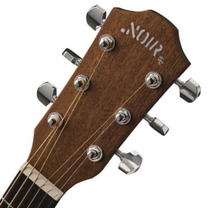 nærbillede af stemmeskruer og hovedet på guitaren