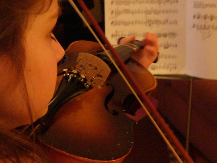 Barn der spiller violin