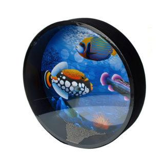 sort tromme med blå baggrund og farverige fisk på