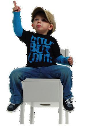 en junior dreng sidder på sin trommestol og peger op i luften