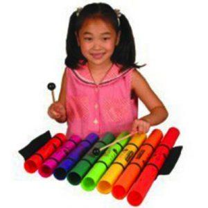 8 boomwhackers som bomofon spilles af pige