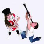 2 børn spiller på klarinetter