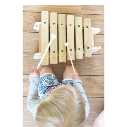 2-årig spiller lille marimba