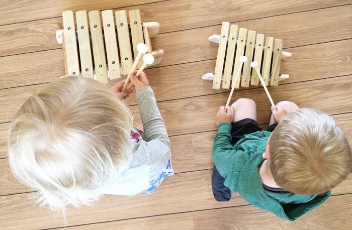 To børn spiller marimba