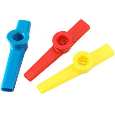 tre kazoo i plast i blå gul og rød