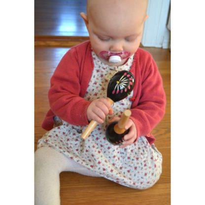 Baby med små maracas