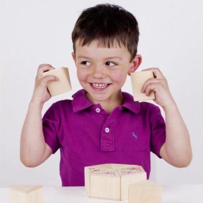 En dreng spiller et sjovt vendespil med lydklodser