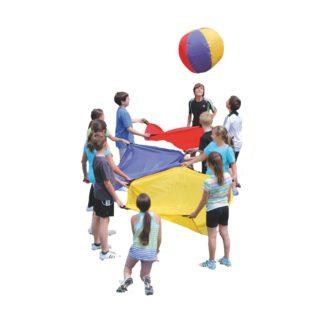 Børn leger med faldskærme og bold