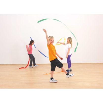 Børn laver gymnastik med vimpler