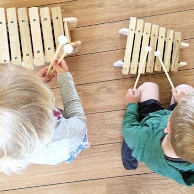 to små børn spiller marimba