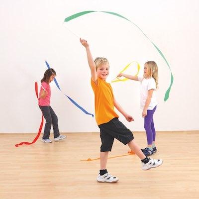 Børn laver rytmik med lange vimpler