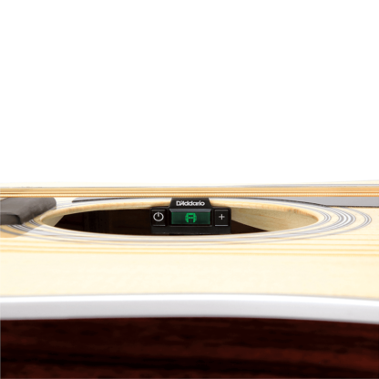 stemmemaskine i lydhullet på en akustisk guitar