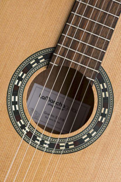 Nærbillede af nylonstrengene på en spansk guitar