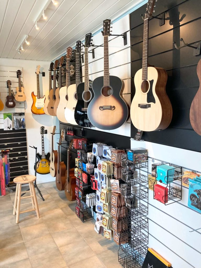 showroom med guitar og musikinstrumenter