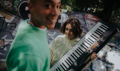 To unge spiller på keyboard