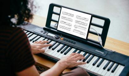 spiller på keyboard