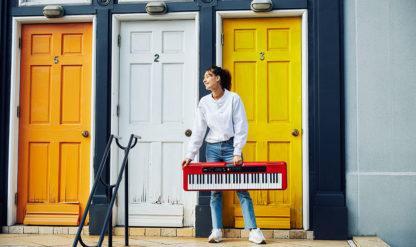 en kvinde holder et rødt keyboard