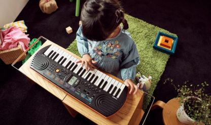 et barn spiller på sit keyboard